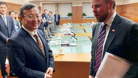 Næringsminister Torbjørn Røe Isaksen (t.h.) var torsdag i Kina, der han drøftet forhandlingene om en ny frihandelsavtale med Kinas visehandelsminister Wang Shouwen. Foto: Trond Viken / Næringsdepartementet /NTB scanpix
