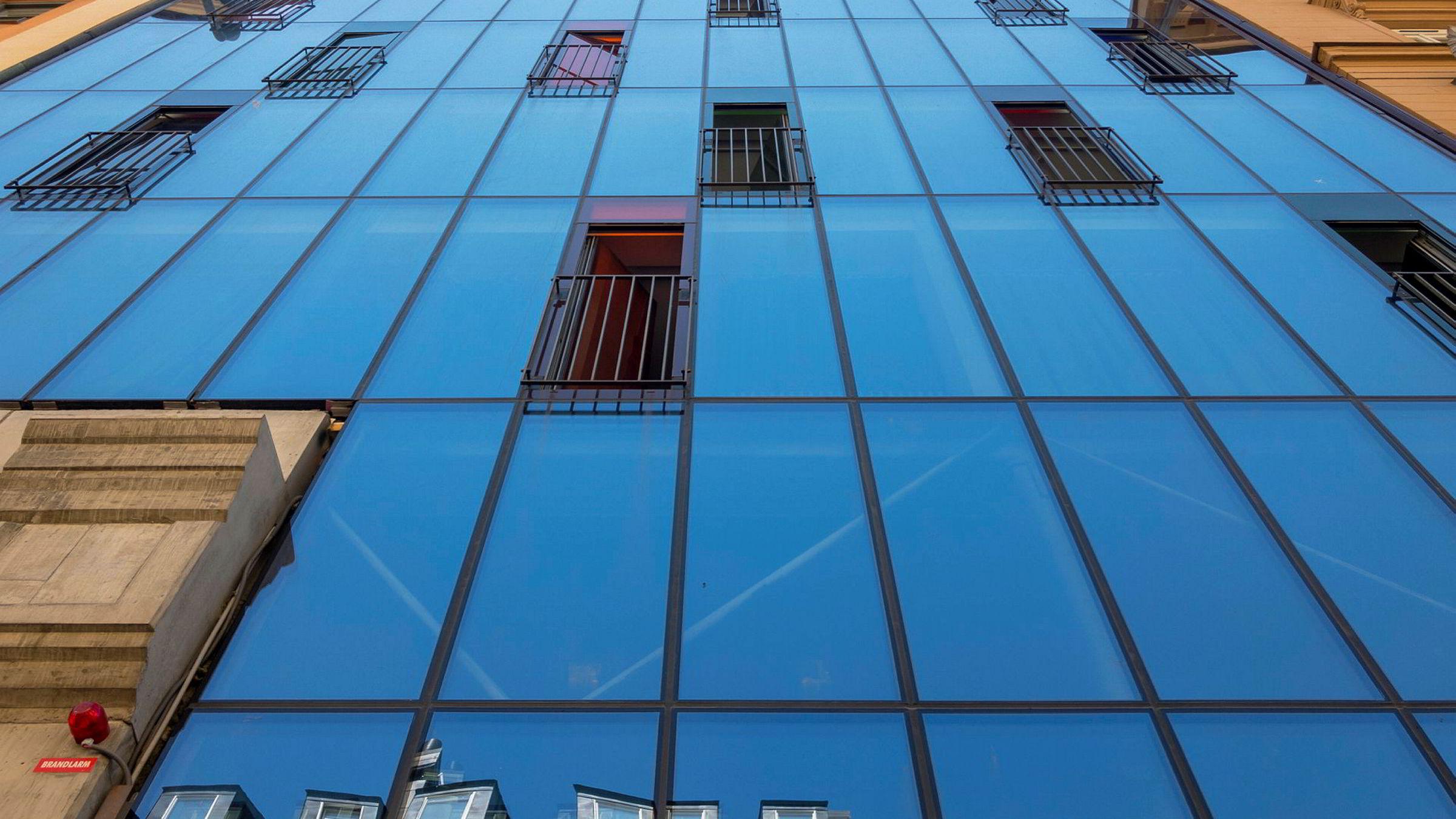 Hotellet henter navnet sitt fra den flotte glassfasaden. Hellstens Glashus.