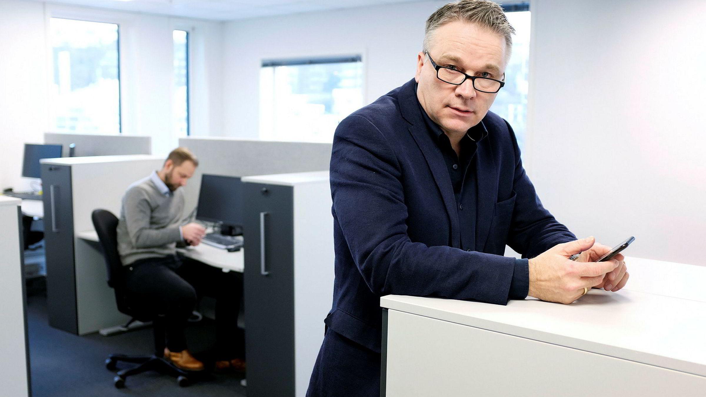 – Vi fikk tilsendt nye sim-kort i høst i posten, sier kommunikasjonssjef Christian Altmann i Nye Veier. I bakgrunnen er Thomas Jebsen Lundal, leder for regnskap.