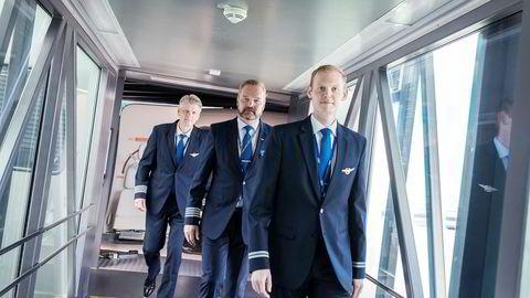 SAS-pilot Martin Schøyen Welle (til høyre) har fått oppsigelse etter koronakrisen, men kollega Morten Christiansen håper han får fortsette hvis kollegene gjør en dugnad. Bakerst: Pilot og hovedvernombud Jo Sirum, som merker stor støtte for en dugnad.