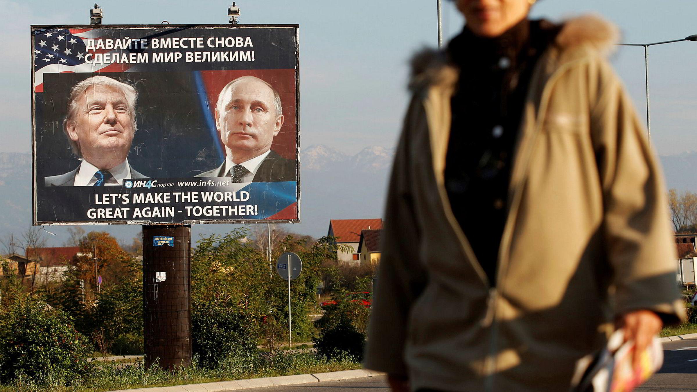 En fotgjenger passerer en plakat av USAs påtroppende president, Donald Trump, og Russlands president Vladimir Putin i Danilovgrad, Montenegro.