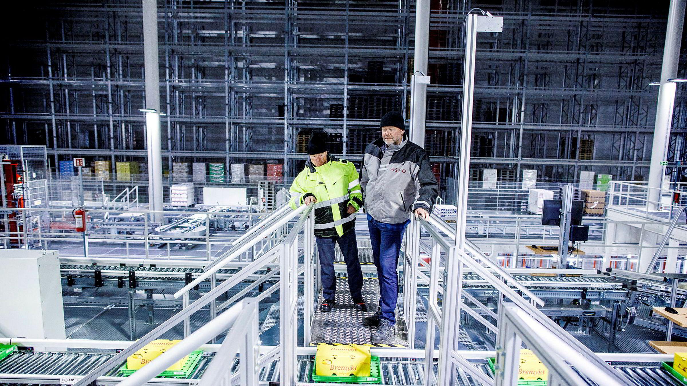 Askos automatiserte kjølelager i Vestby skal spare Norgesgruppen for store beløp. Norgesgruppen-eier Torbjørn Johannson (til venstre) og administrerende direktør for Asko sentrallager kjøl, Arild Åsmul er fornøyde med nyvinningen.