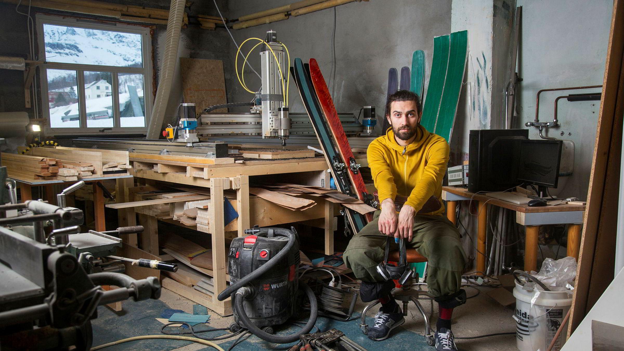 På farfarens gamle møbelfabrikk i Laksvatn i Troms lager Jens-Egil Nysæther nå egne ski.