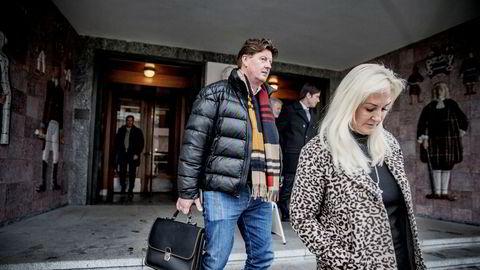 Trond Sundal og kona Christin forlater Sør-Trøndelag tingrett etter å ha møtt Terje Eriksen som er tiltalt for grovt økonomisk utroskap.