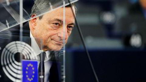 ECB-sjef Mario Draghi har styrt eurosonen gjennom kriser og ser nå lyset i enden av tunnelen. Her fra et møte i Europaparlamentet i februar 2016.