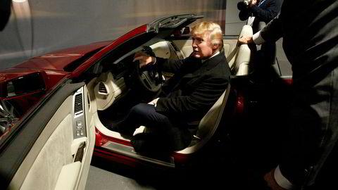 Donald Trump prøvesitter en 2006 Cadillac XLR-V på New York Auto Show i 2005. Trump var innom for å hente nøklene til sin nyeCadillac DTS, en bil han fikk som nummer to i verden, etter president Bush.