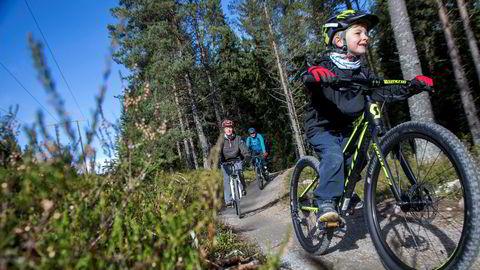 Theo Thorsen-Sandaker (6) viser vei gjennom Gullias nye sykkelløyper, mens mor Anne Grete Thorsen og far Thomas Sandaker følger etter. Stien er bygget for sykling og er en del av Trysils sykkelsatsning som nærmer seg en foreløpig kostnad på 20 millioner kroner.