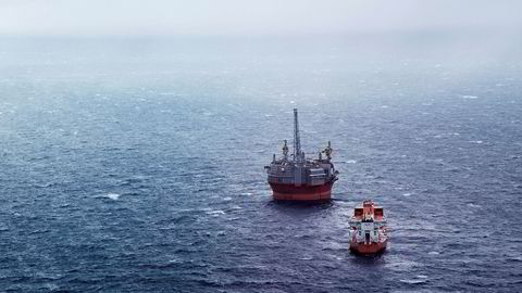 Oljeprisene stiger mandag morgen. Her fra Boreriggen Goliat med supplyship i Barentshavet.