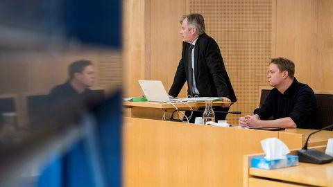 Henrik Huseby (til høyre) og advokat Per Harald Gjerstad vant første runde mot Apple her i Oslo tingrett. Men har senere tapt både i lagmannsretten og Høyesterett.