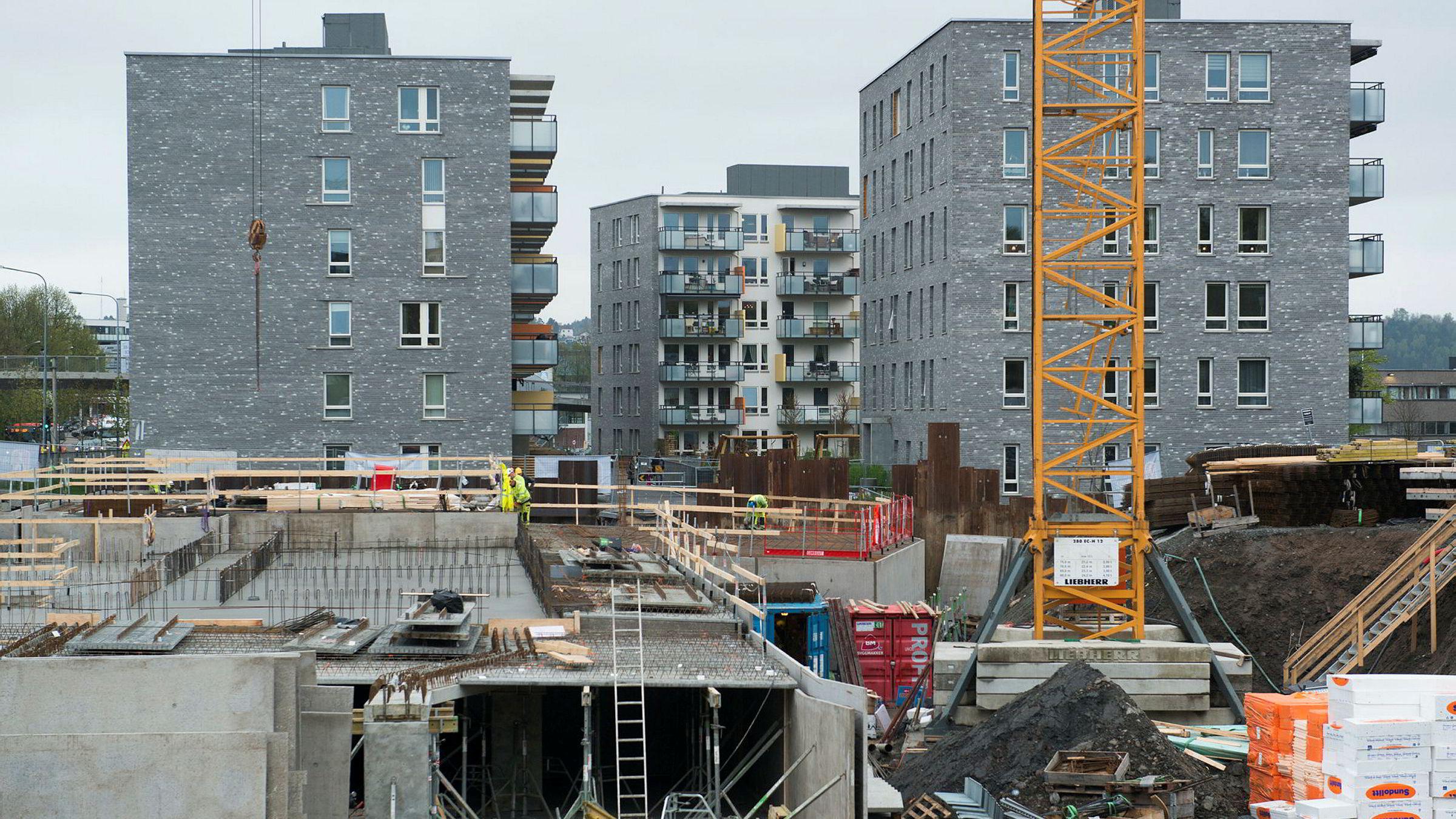 Det er solgt 34 851 boliger de siste 12 månedene. Bygging av nye leiligheter på Hasle.