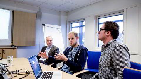 Hovedeier Lars Ropeid Selsås (i midten) og medgründer Henry Vaage Iversen (til høyre) driver selskapet Boost AI. Til venstre konserndirektør for forretningsstøtte og utvikling Glenn Sæther i Sparebank 1 SR-Bank.