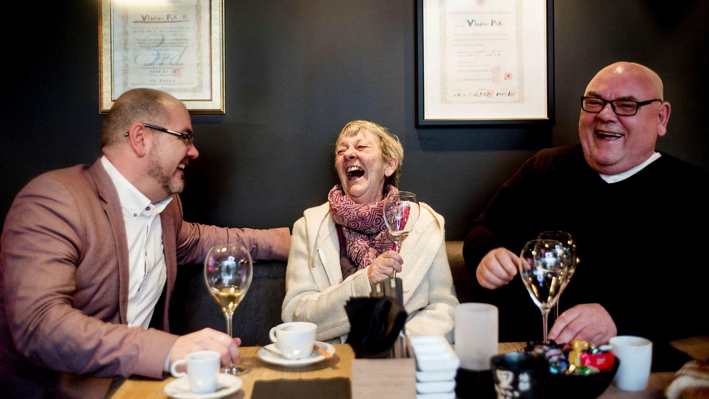 Njål Gaute Solland, administrerende direktør i Sabi Omakase, feirer Michelinstjernen sammen med mor og far Jorun og Geir Solland på en av Sabi Sushis restauranter i Stavanger, på Jåttåvågen.