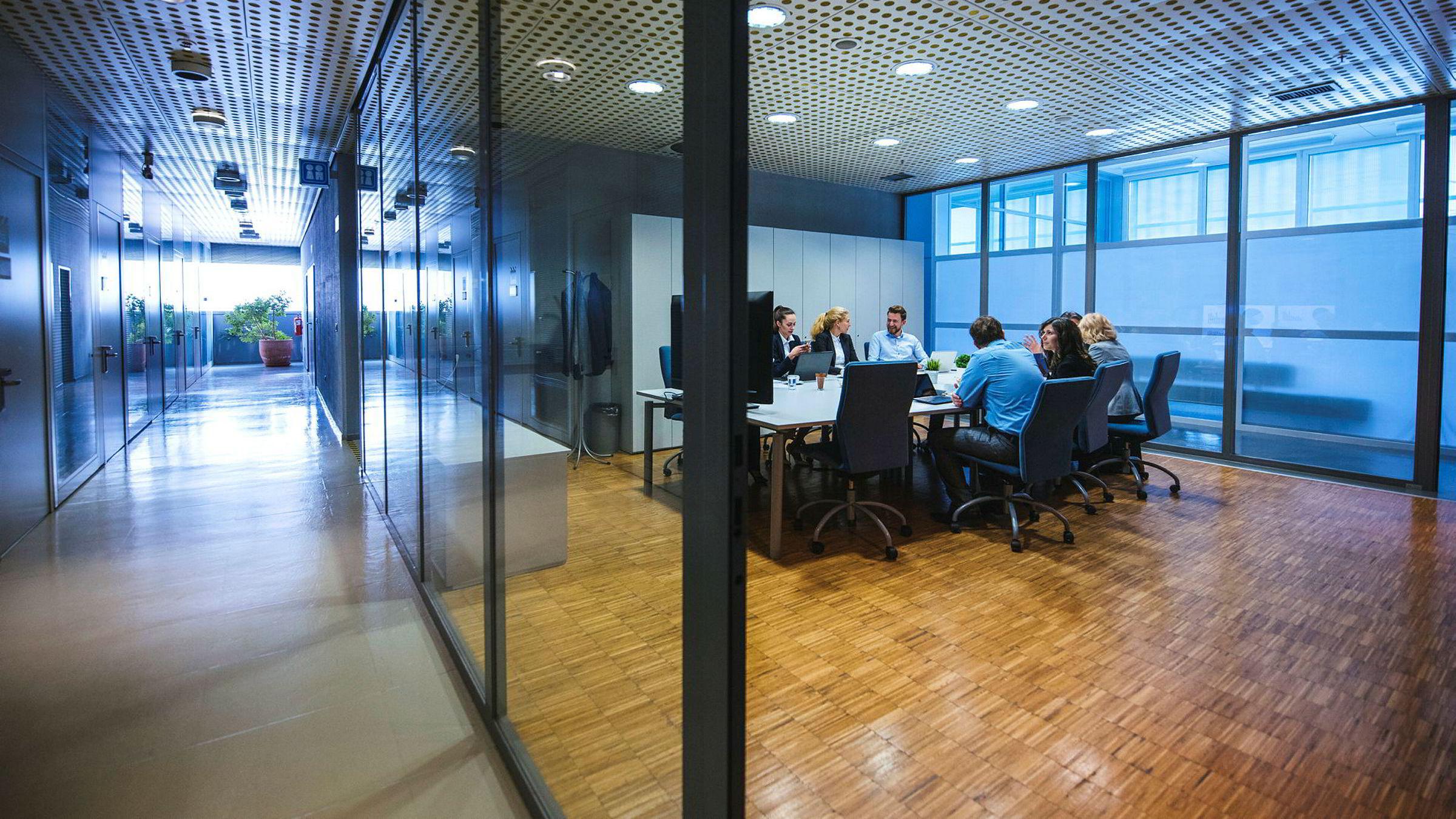 Kjønnskvotering kan på sikt øke kompetansenivået i viktige stillinger, ikke bare ved at flere dyktige kvinner kommer inn i møterommene, men også fordi middelmådige menn blir fortrengt