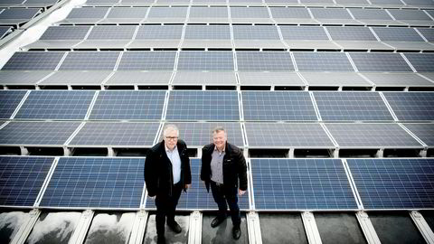 Takene på de nye Kiwi-miljøbutikkene og Asko-lagrene skal utnyttes til solceller. Her er Kiwi-sjef Jan Paul Bjørkøy (til venstre) og Asko-styreleder Torbjørn Johannson på Asko-lageret på Kalbakken der de tester snøsmelting på taket.