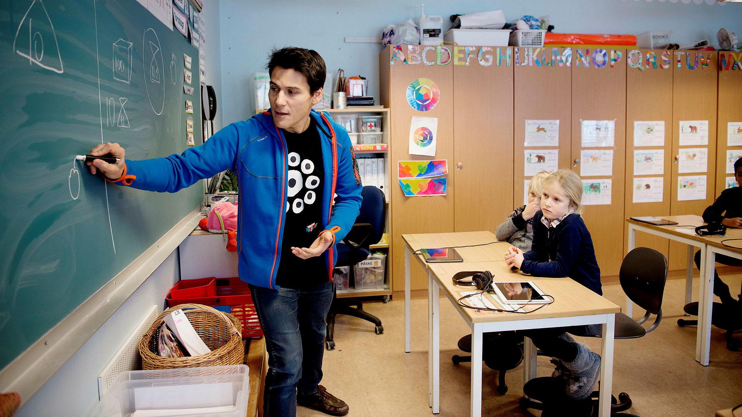 Elevene lærer uten å merke det, men det er viktig for læreren å snakke om det de lærer, mener Jean-Baptiste Huynh i WeWantToKnow. Cato og Johanna i klasse 2B på Nedre Bekkelaget skole bruker gjerne spillet hjemme, fordi det er gøy.