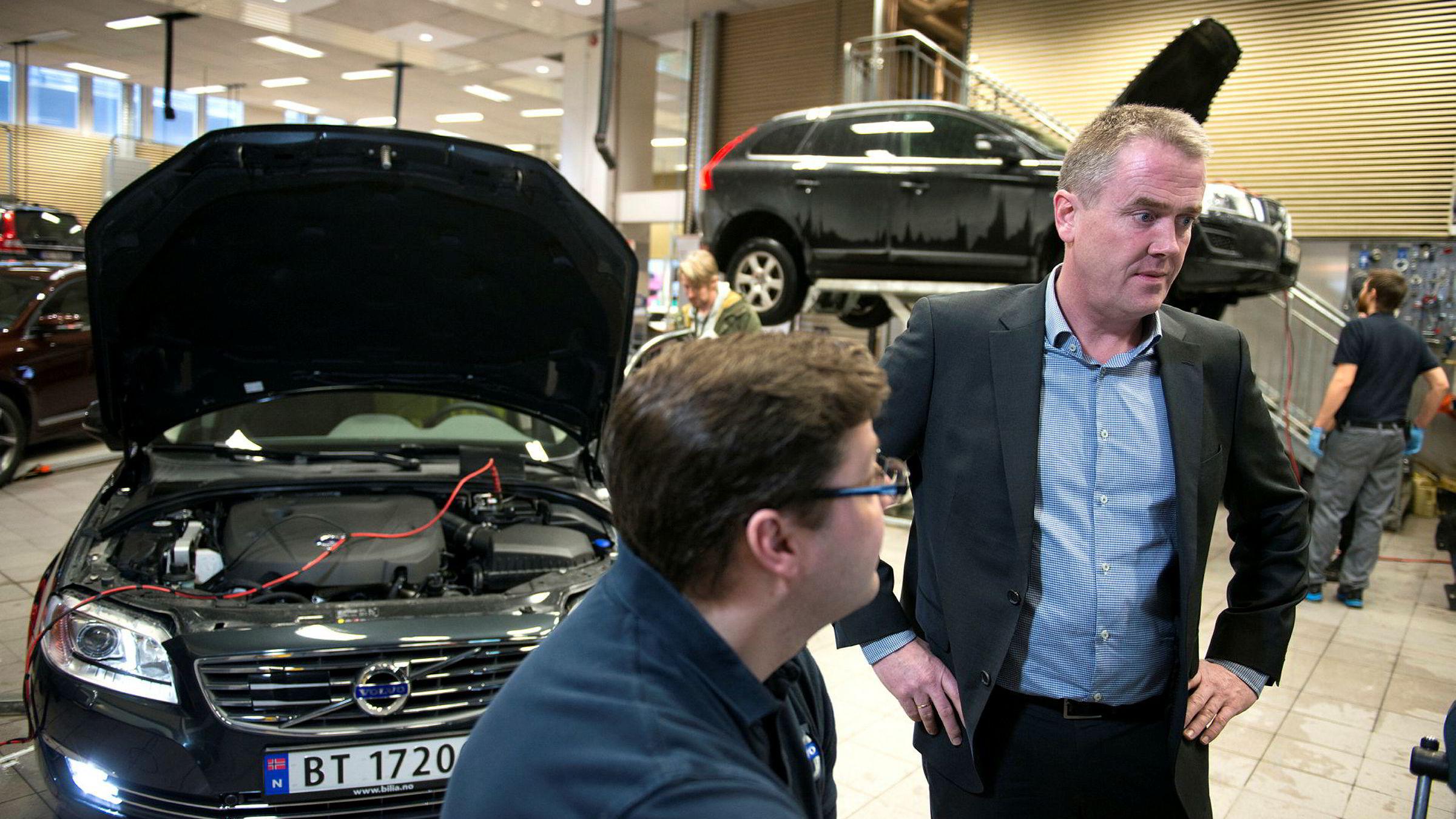 Administrerende direktør i Bilia Frode Hebnes (th) mener innføringen av personlige serviceteknikere gjør bilforhandlerne bedre likt. Her sammen med tekniker Morgan Eriksson hos Bilia Fornebu.
