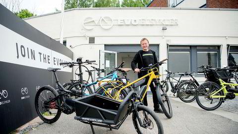 Det er blitt solgt 70.000 elsykler i Norge de siste tre årene. Daglig leder Hans Håvard Kvisle Evo i Elsykler selger stadig flere i øvre prissjikt.