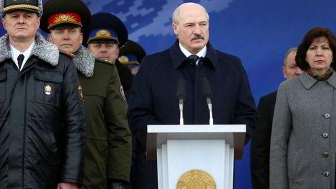 Det er varslet store demonstrasjoner mot Aleksandr Lukasjenko lørdag 25. mars, som er Hviterusslands frihetsdag. Her omgitt av regjeringsmedlemmer i forbindelse med en 100-årsmarkering av det hviterussiske politiet i Minsk tidligere i mars.