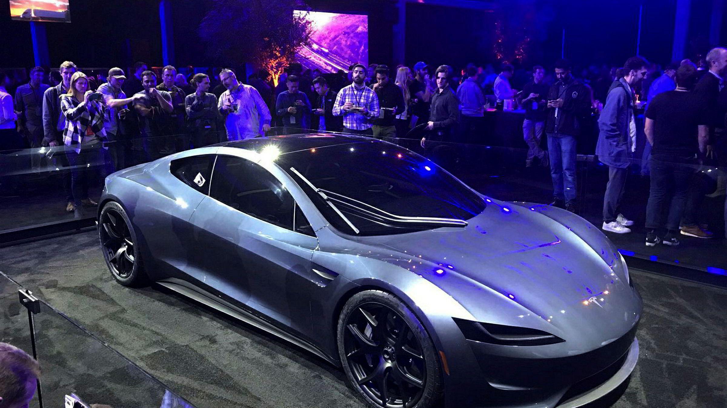 Teslas nye Roadster slik den ble presentert i Hawthorne i California i november ifjor.