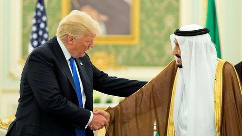 USAs president Donald Trump hilser på Saudi-Arabias kong Salman under hans besøk til kongedømmet i mai i år.