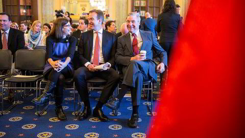 Utenriksminister Børge Brende fant venner i Kongressen der han torsdag la frem en rapport som viser hvordan norske investeringer bidrar til jobber i USA. Til venstre sitter den republikanske kongressrepresentanten Martha McSally fra Arizona og til høyre den demokratiske senatoren Sheldon Whitehouse fra Rhode Island.