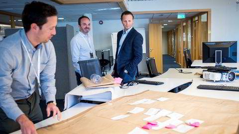 Papir brukes fortsatt til å tegne gode ideer hos Wilh. Wilhelmsen, men nå vil konsernsjef Thomas Wilhelmsen (fra høyre) og finansdirektør Christian Berg starte nytt gründermiljø på huset. Til venstre: informasjonssjef Marius Steen.