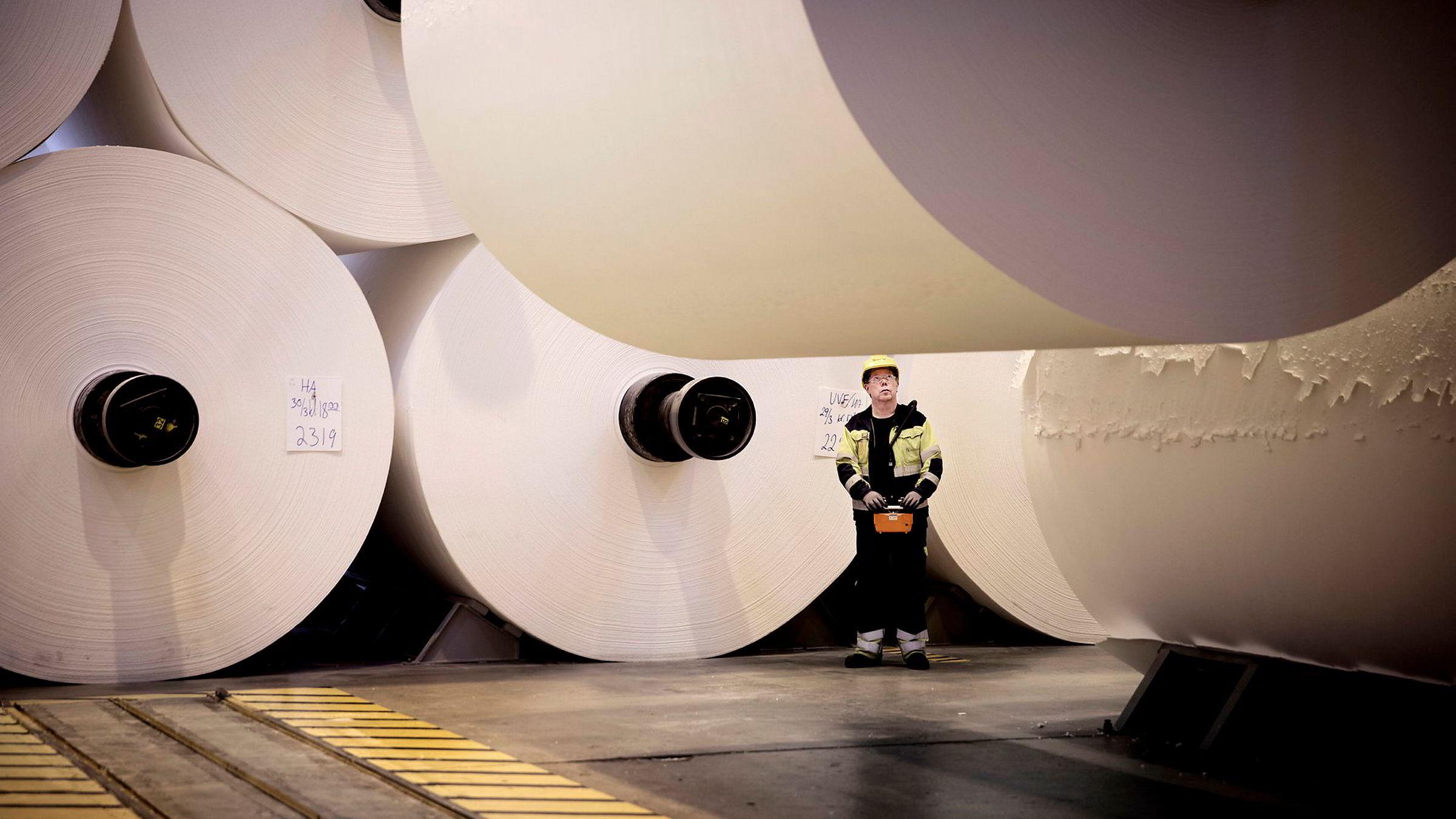 Kjell Steen (59) styrer kranen som løfter 20 tonns ruller med cellulose. Dette er en av få arbeider som fortsatt gjøres manuelt på Borregaards fabrikker i Sarpsborg.