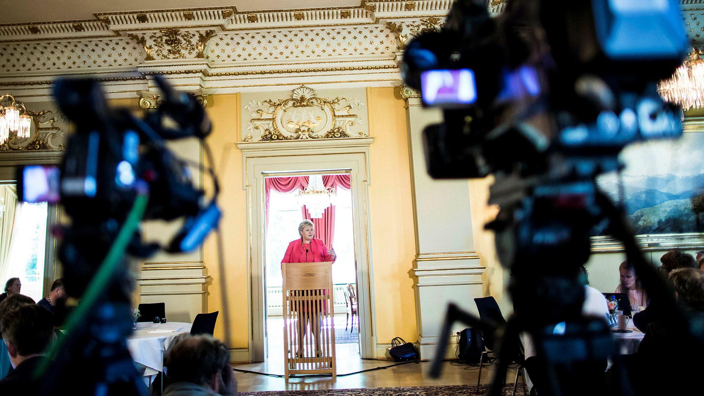 Norske politikere tok ansvar da de anerkjente betydningen av norsk redaksjonelt innhold og utvidet nullmomsen.Men når pengene stopper opp på veien, får ikke mediebransjen gjort noen ting. Her fra en pressekonferanse med statsminister Erna Solberg.