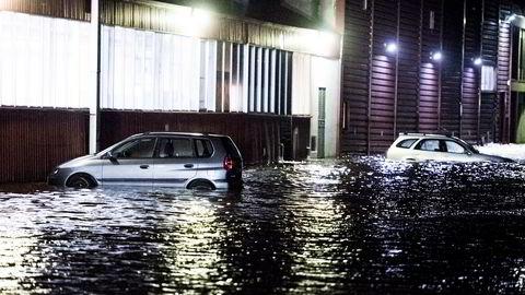 Det var høy vannstand og flere biler sto under vann ved Fjeldberg i Fredrikstad andre juledag.