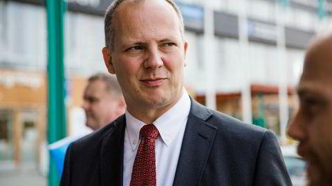 – Økonomisk har fylkene blitt satt i stand til å gjøre mer, sier samferdselsminister Ketil Solvik-Olsen, som er overrasket over at veiene er blitt dårligere.