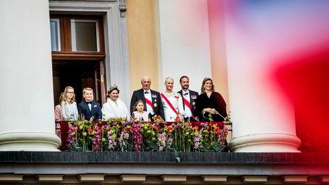 Kong Harald og dronning Sonja feirer sine 80 årsdager, her på slottsbalkongen med nærmeste familie.