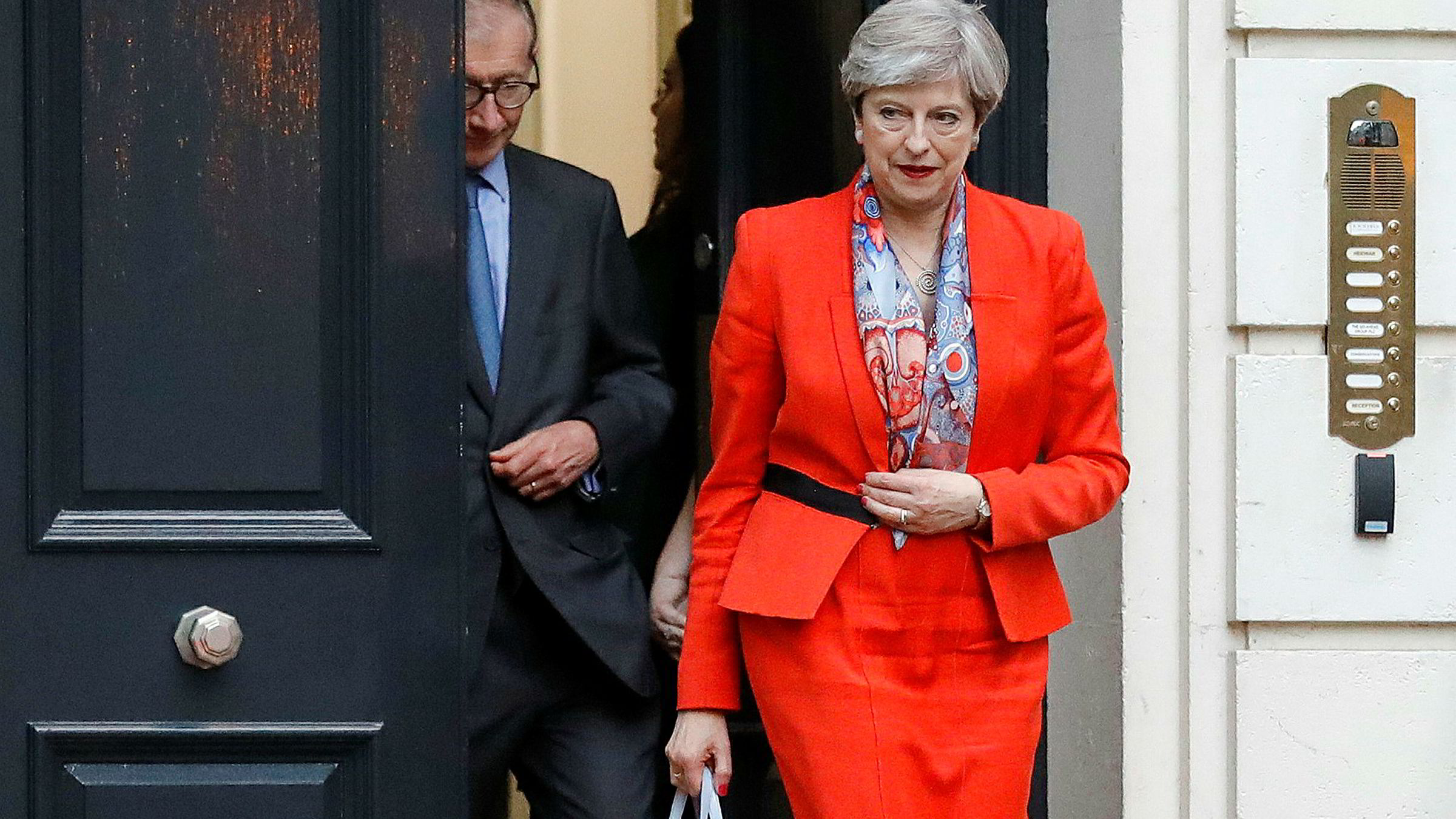 Statsminister Theresa May er hardt presset etter et dårlig valg for De konservative.