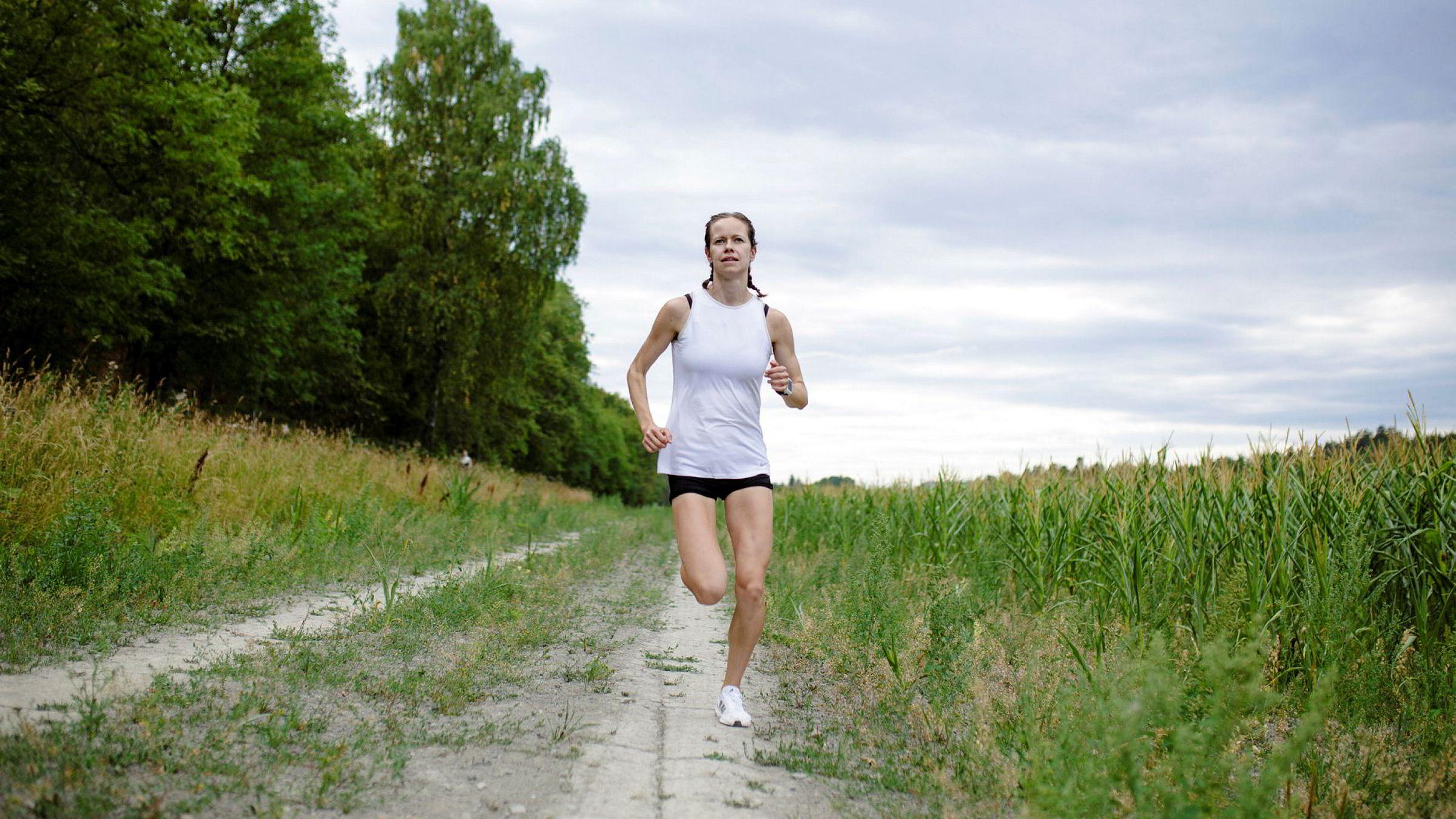 Silje Fjørtoft advarer folk mot å trene fort hardt i årets sommervarme. Foto: