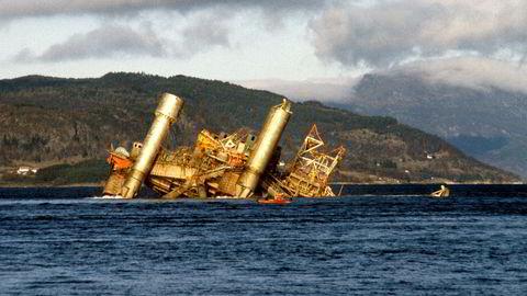 Alexander L. Kielland-plattformen kantret 27. mars 1980 på Ekofiskfeltet i Nordsjøen. 123 mennesker omkom. Her et bilde fra et av forsøkene på snuing av plattformen. Til slutt ble plattformen senket med 50 kilo sprengstoff, og sank på 712 meters dyp i Nedstrandsfjorden, nord for Stavanger.