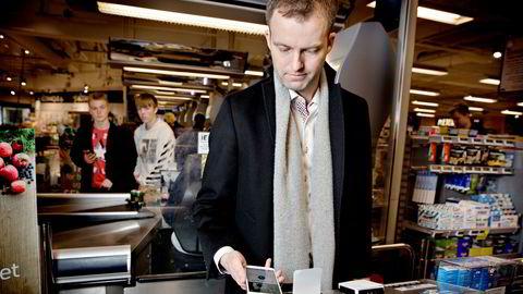 I matvarebutikken Føtex i Ballerup utenfor København prøver Nets' Norge-sjef Frode Åsheim mobilbetaling ved hjelp av ett sveip med Iphone. De nye terminalene kan bli introdusert i Norge om få måneder.