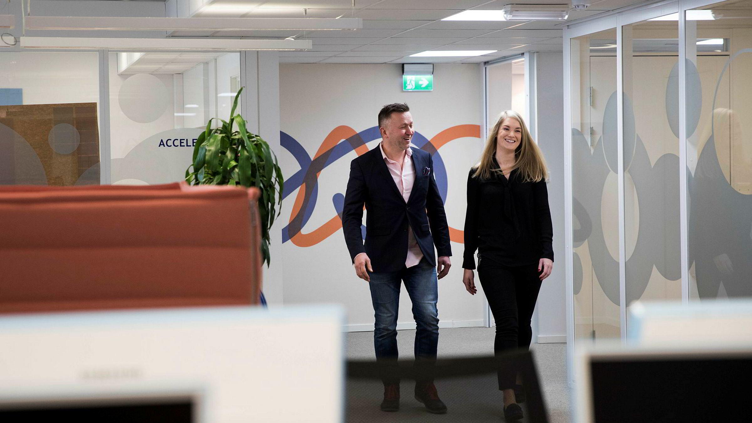 Acando har gjort suksess med sitt traineeprogram, som nå også har kommet til Norge. Monica Bårdsen er trainee i selskapet, her sammen med administrerende direktør Sven Ivar Mørch.
