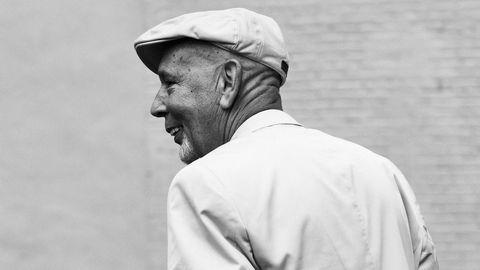Norsk-amerikaner. Den tørrlagte rusmisbrukeren og nybakte forfatteren Peter Kaldheim vokste opp i Brooklyn med norsk- og irskættede foreldre.