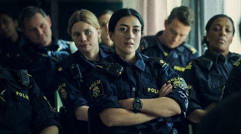Leah (foran), Sara (til venstre) og de andre betjentene ved et politikammer i Malmö sjonglerer jobb og privatliv så godt de kan, i en serie som er både virkelighetsnær og dramatisk.