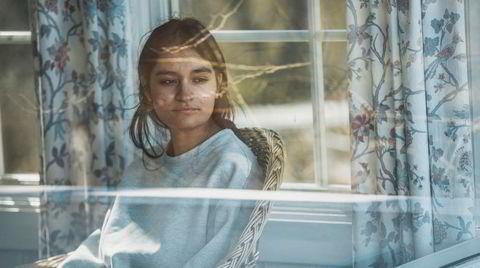 Daniela Reyes Holmsen albumdebuterer med delikate popmelodier. Hun er datteren til musikerne Maj Britt Andersen og Geir Holmsen.