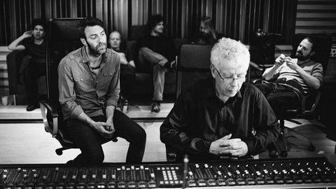 Mats Eilertsen og resten av bandet hans lytter andektig til Jan Erik Kongshaugs arbeid med innspillingen av «Rubicon» i 2015. Tidligere denne uken døde den store lydteknikeren.