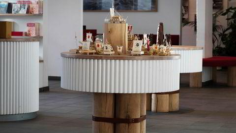 Stillehavsbord. Salgsbordet fra Kon-Tiki Museet ble bygget av blant annet eikestokker fra en flaggstangfabrikk. – Stokkene er bundet sammen på en måte som minner om konstruksjonen av Kon-Tiki, sier Morten Kaels.