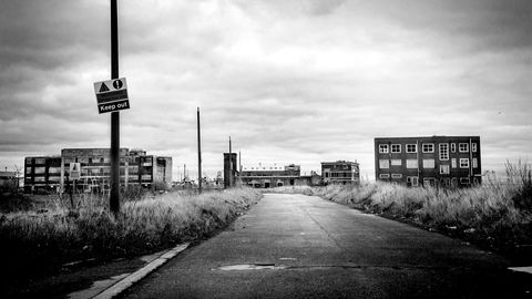 Dystre minner. Bare ruinene er igjen av St. Andrew's Dock og Lord Lines mektige hovedkvarter. En gang var havnen hjertet av trålerbyen Hull.