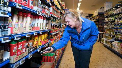 Matkamp. Marion Beate Olsen (48) oppfører seg høyst besynderlig i en Rema-butikk i Trondheim, men alt har sin forklaring: Hun er prisspion for Kiwi.