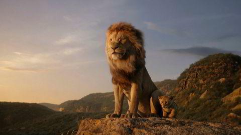 Fortsatt med. Skuespiller Earl Jones som ga røst til originalens Mufasa, gjentar rollen i den nye filmen.