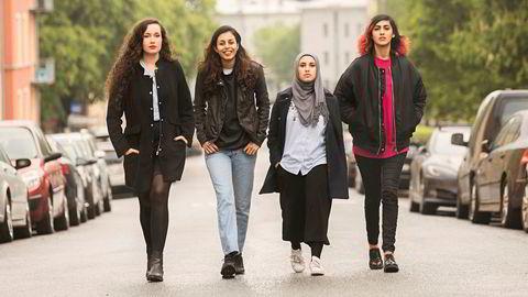 På vei. – De klarer å snakke om vanskelige saker som sosial kontroll, frihet og feministisk nytolkning av Koranen på så kvalifiserte måter at de ikke kan avfeies, sier Hadia Tajik om de nye muslimske feministene. Fra venstre: Linn Firdaous Nikkerud, Mina Adampour, Faten Mahdi Al-Hussaini og Namra Beatrix Saleem.