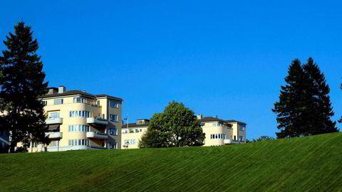 Bygning i solen. Solbygg er et av Thilo Schoders hovedverk. Det er plassert på en bakketopp noen få minutters gange fra Kristiansand sentrum, og vitner om funksjonalistiske idealer både arkitektonisk og sosialt.