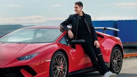 Johan Edward Olofsson med sin Lamborghini Huracán Performante.
