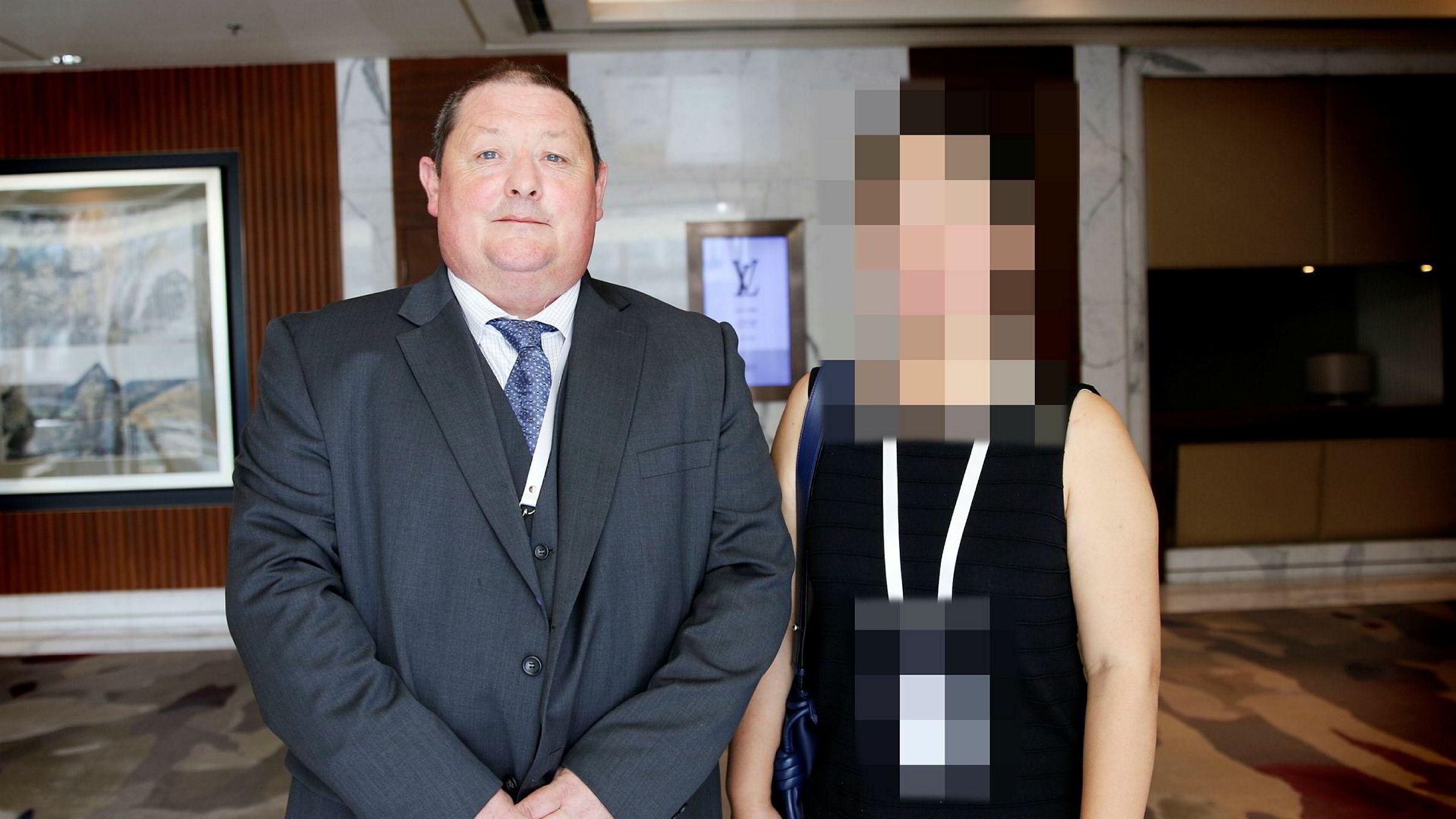 Salmars sjef i Asia, Geir Wærø, og kvinnen som er arrestert, er mistenkt for smugling av laks. Bildet fra en sjømatmesse i Beijing i fjor.