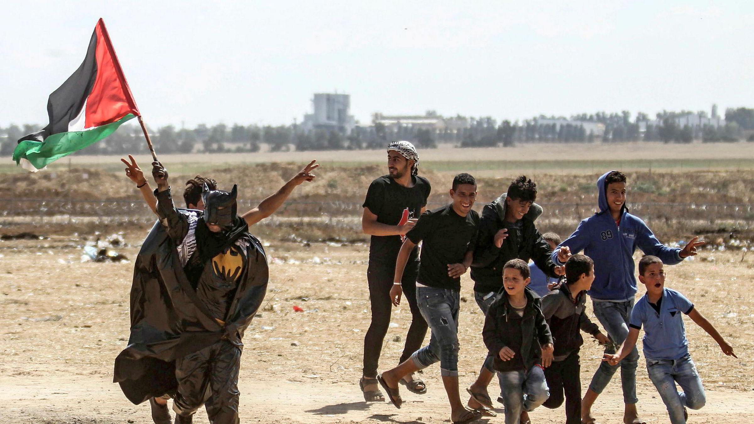 Dagens jødiske stat vil aldri tillate at fem millioner palestinere får komme tilbake til stedene der deres foreldre, besteforeldre og delvis oldeforeldre flyktet fra. Her palestinske demonstranter ved Israel-Gaza-grensen.