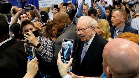 87-åringen Warren Buffett ble mottatt som en rockestjerne under Berkshire Hathaways årsmøte i Omaha i helgen. Han advarte på nytt mot digitale valutaer. Han innrømmet at han ikke forstod seg på teknologi og hadde gått glipp av investeringer i Amazon og Google.